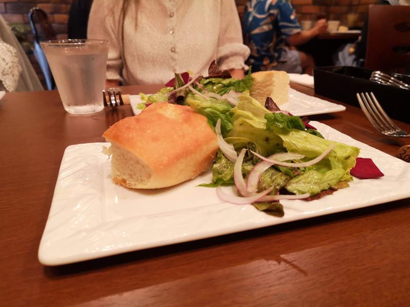 ジーンズテーブルのランチサラダ