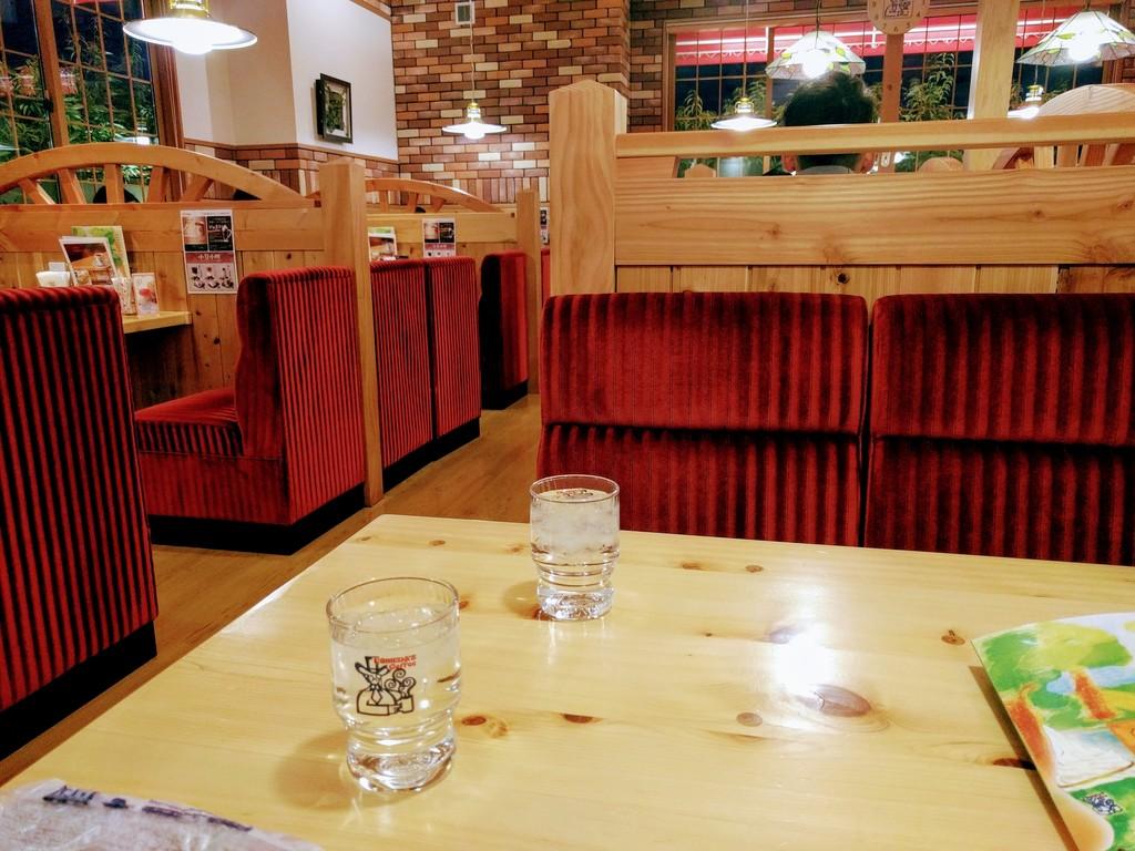 コメダ珈琲店の赤いソファー