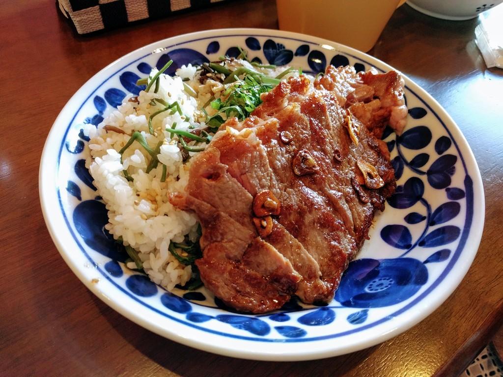 山菜ごはんのステーキ丼